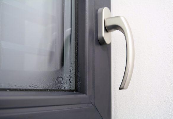 Mitől párásodik az ablaküveg alsó széle?