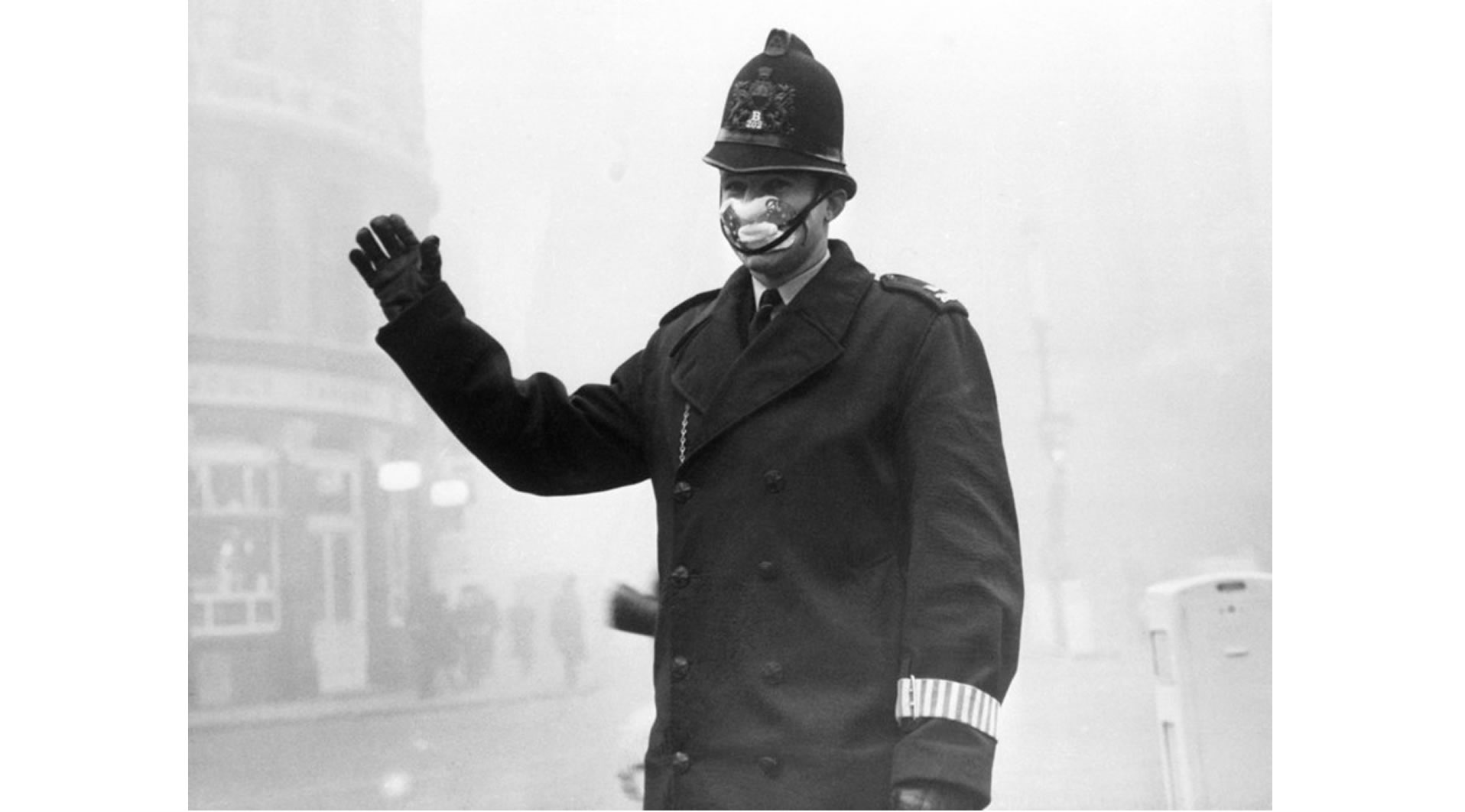 Bobby versinkt im Nebel von London