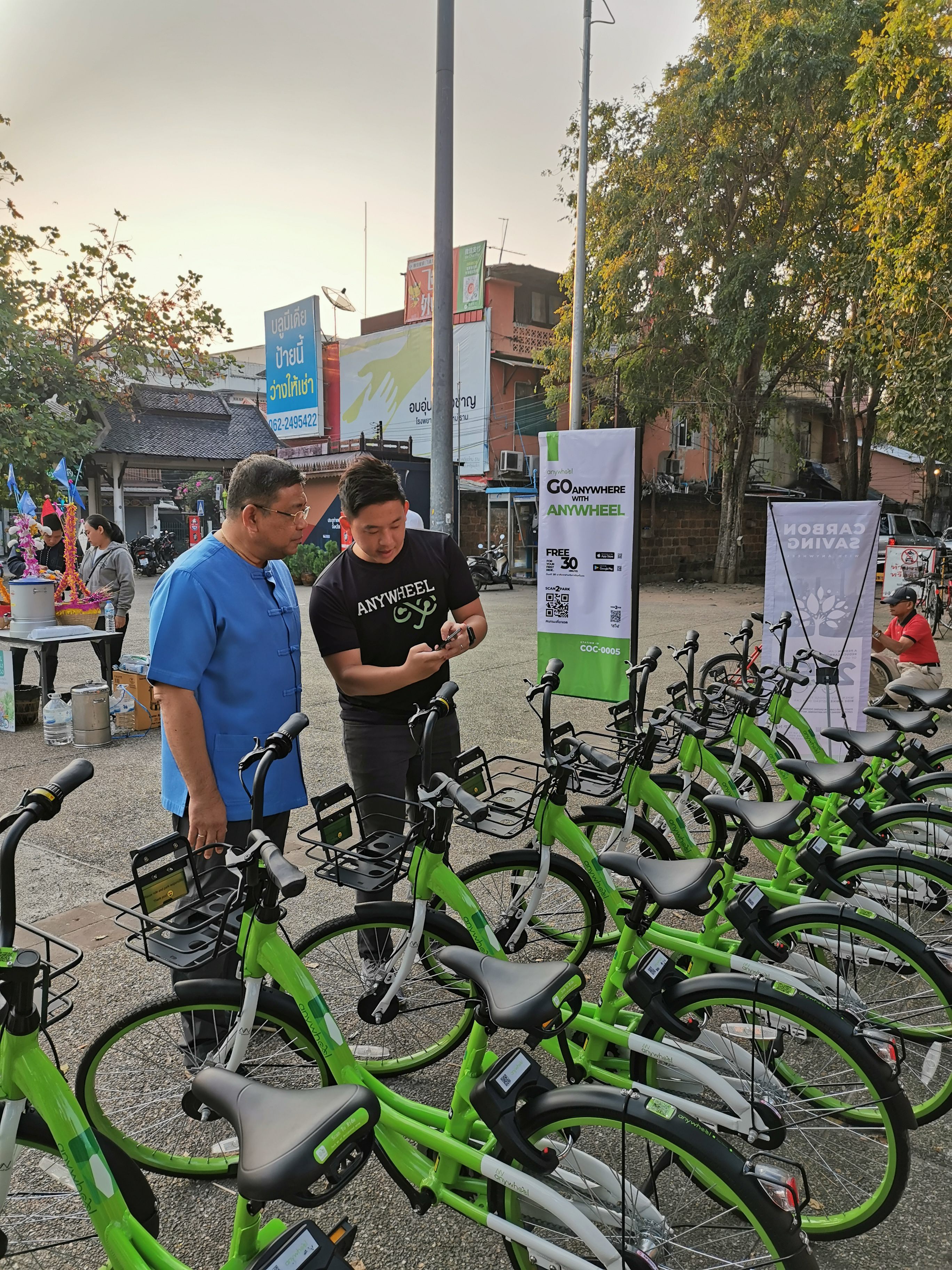 Anywheel founder & CEO Htay Aung demonstrating to Chiang Mai governor Charoen Sanguansat how to use Anywheel app