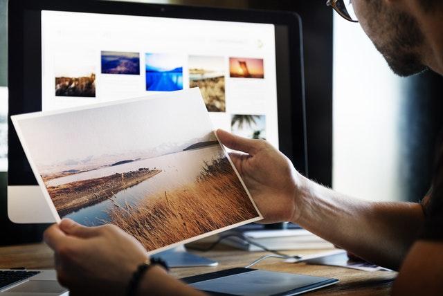 Entscheidungen treffen - Ein Mann schaut auf ein Landschaftsbild