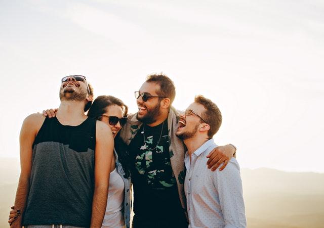 Positives Denken lernen - Vier lachende Personen