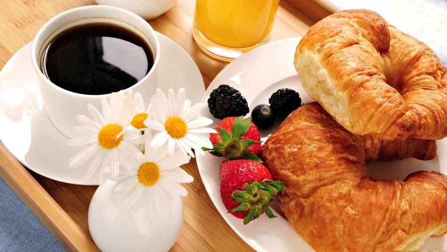 rico-desayuno-bien-decorado-con-flores-y-frutas-