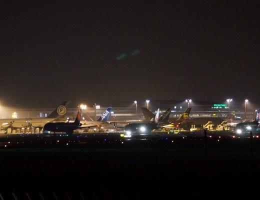夜間の空港