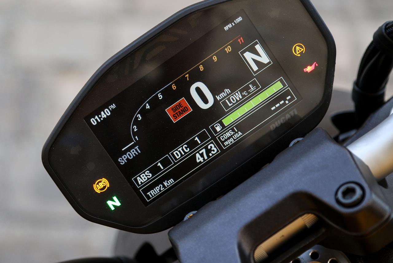 Ducati-Monster-gear-patrol-body-Revista-moto-adventure