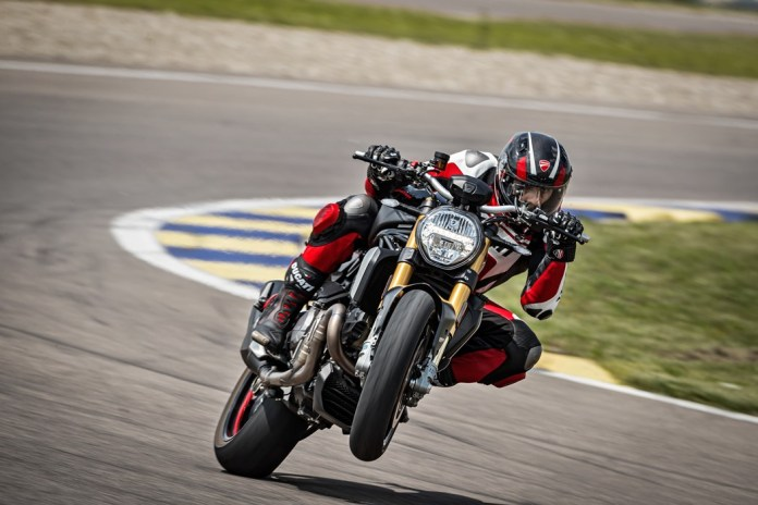 ducati-monster-1200-s-2020-PRETA-WHEELING-moto-adventure