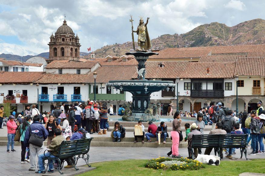 Памятник инкам на главной площади в Куско Перу