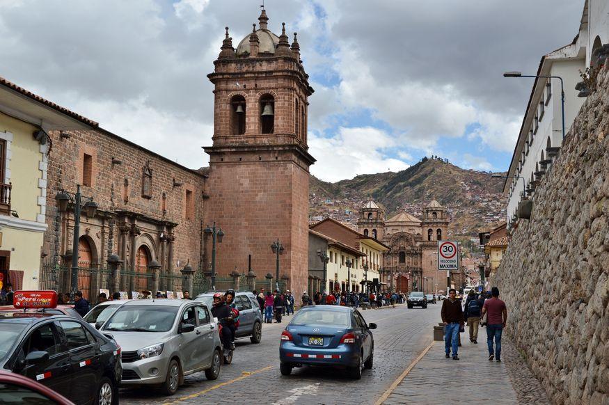 Центр Куско - вид с улиц на церкви и горы