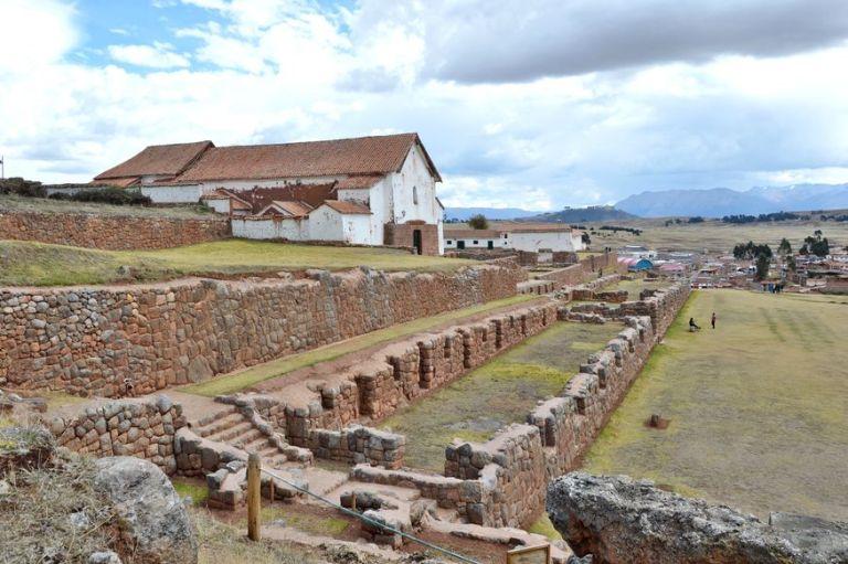 Вид на церковь и городскую площадь в чинчеро священная долина инков