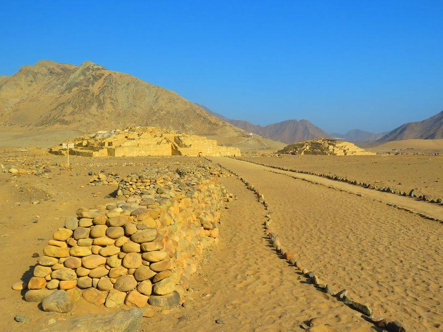 Руины караль caral в пустыне в Перу