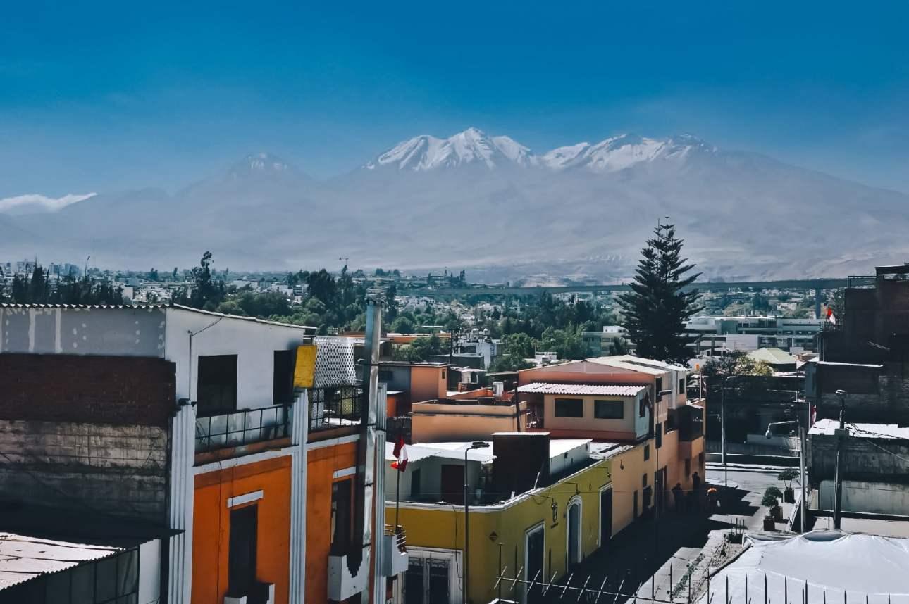 Вид на вулкан Мисти в арекипе в Перу из окна центрального хостела   arequipa hotels view