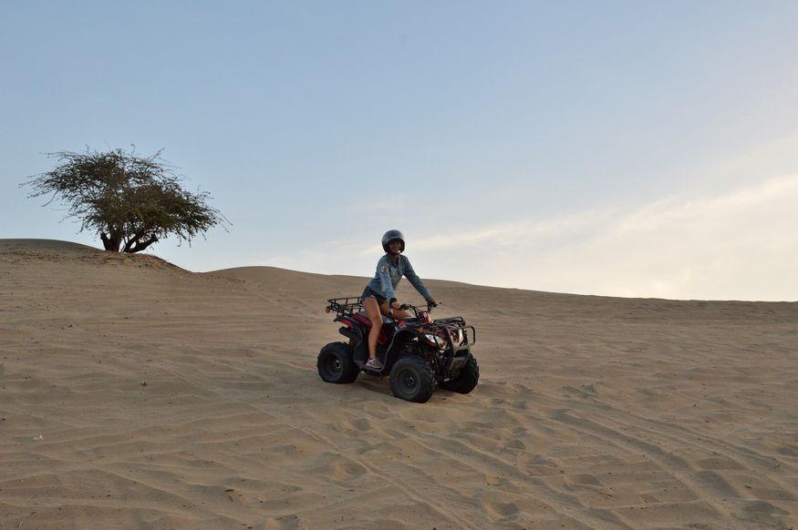 Девушка на квадроцикле в пустыне