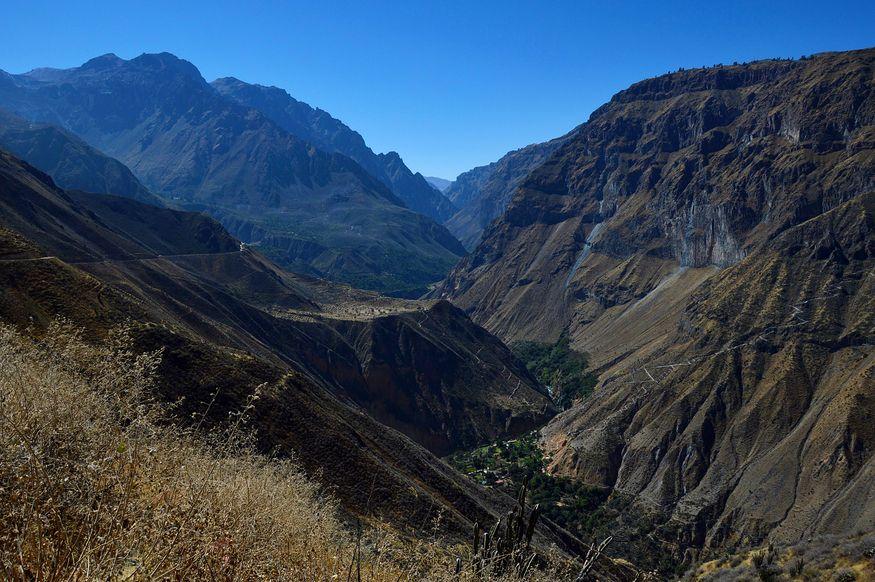 Вид на каньон и горы солнечным днем