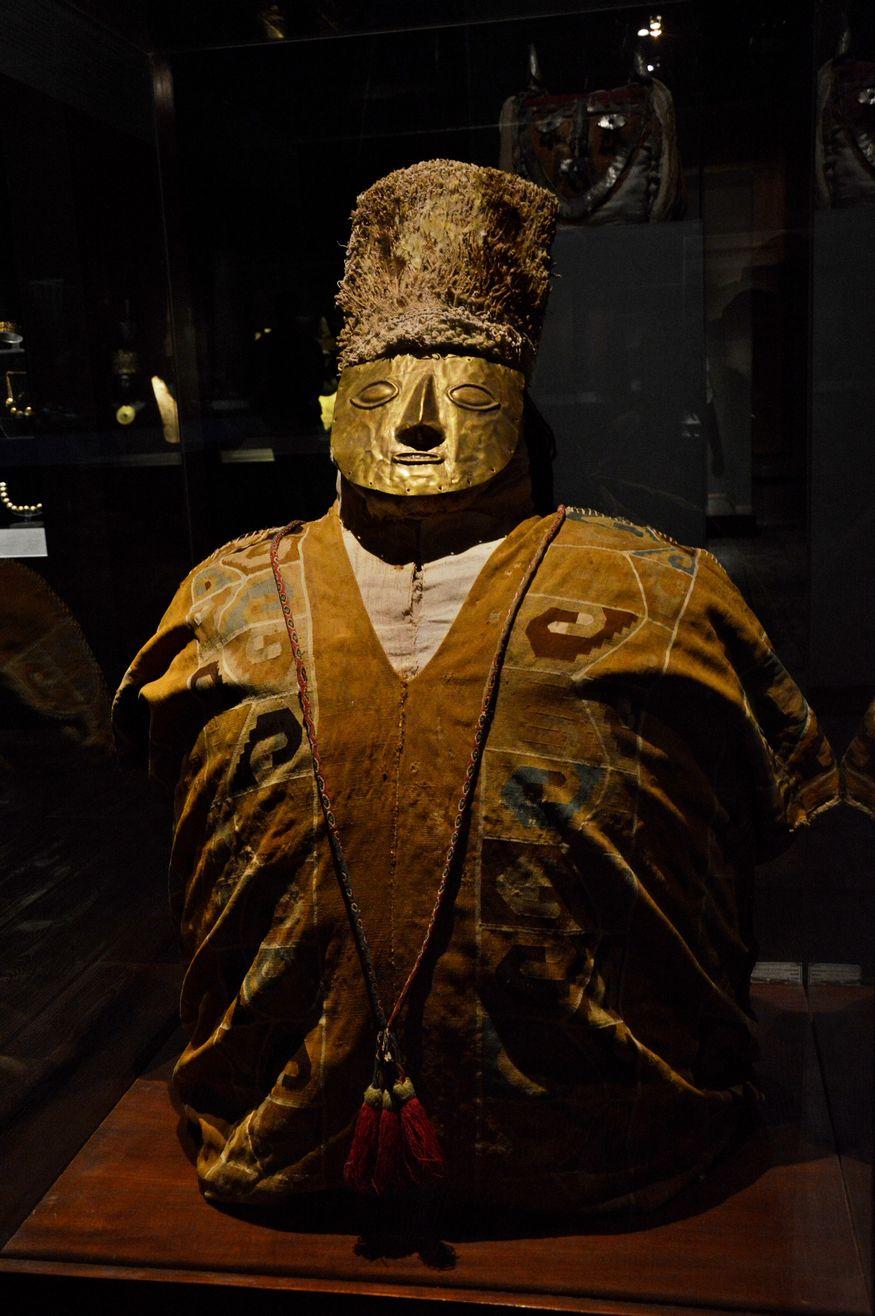 Погребальное чучело с золотой маской, найденное в гробнице на севере Перу