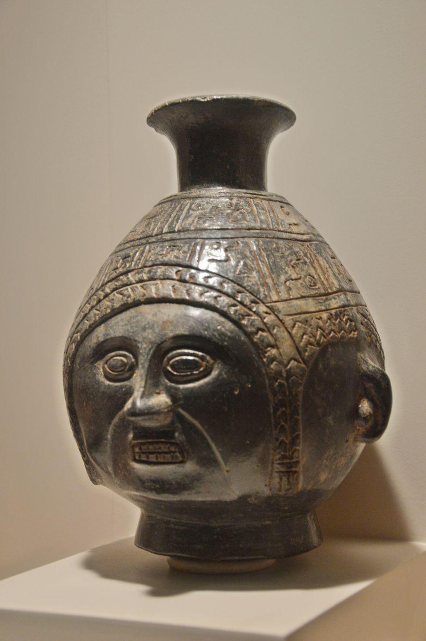 Черный керамический сосуд в форме головы Лима Перу
