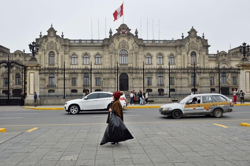 Бездомные у президентского дворца в Перу Лима