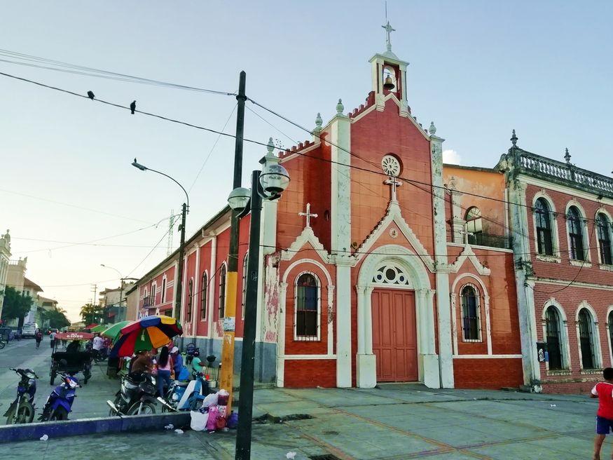 Старинная церковь в центре Икитос Перу