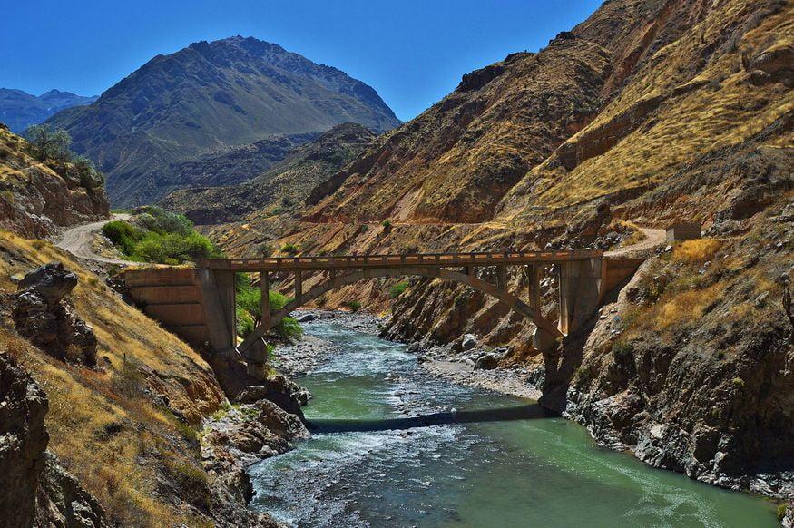 Мост через реку в колка каньон