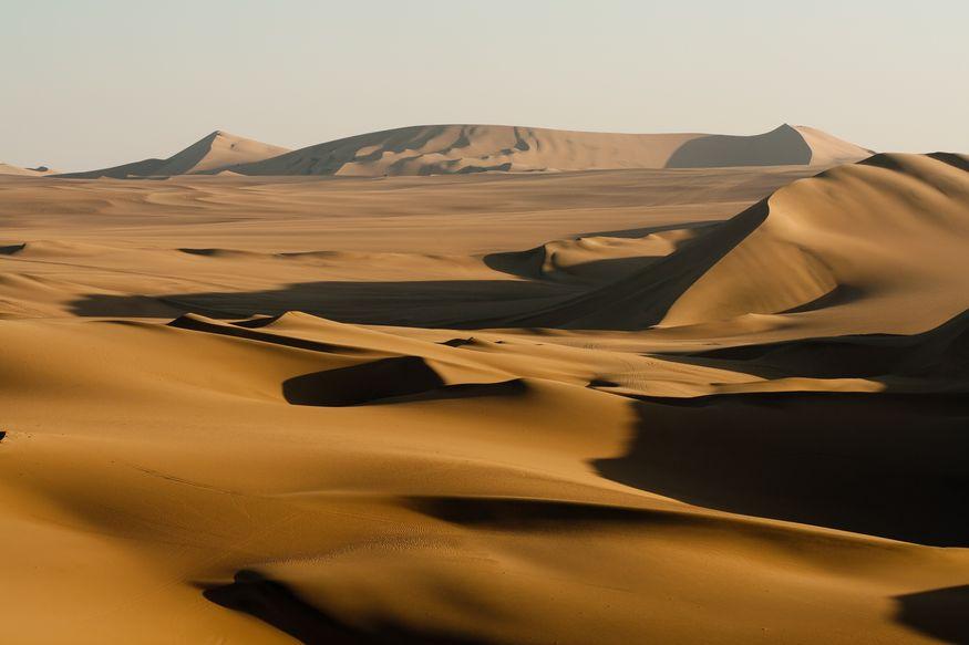 Пустыня в закатных лучах желтая золотая