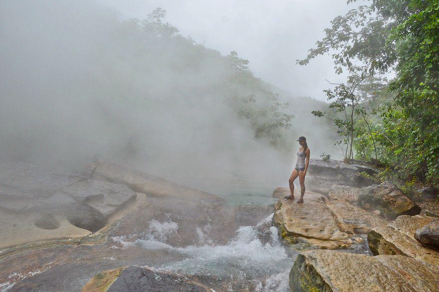 Девушка у края кипящей реки
