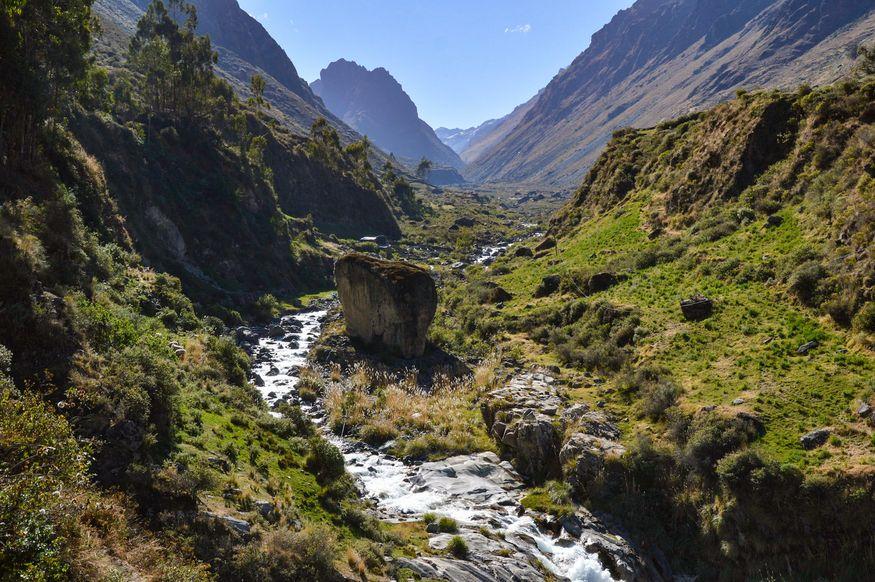 Долина рядом с деревней Huayllapa Перу