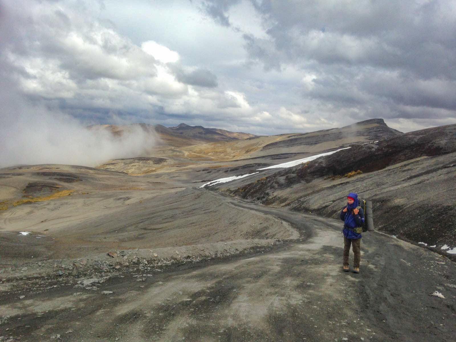 Турист на перевале в Боливии