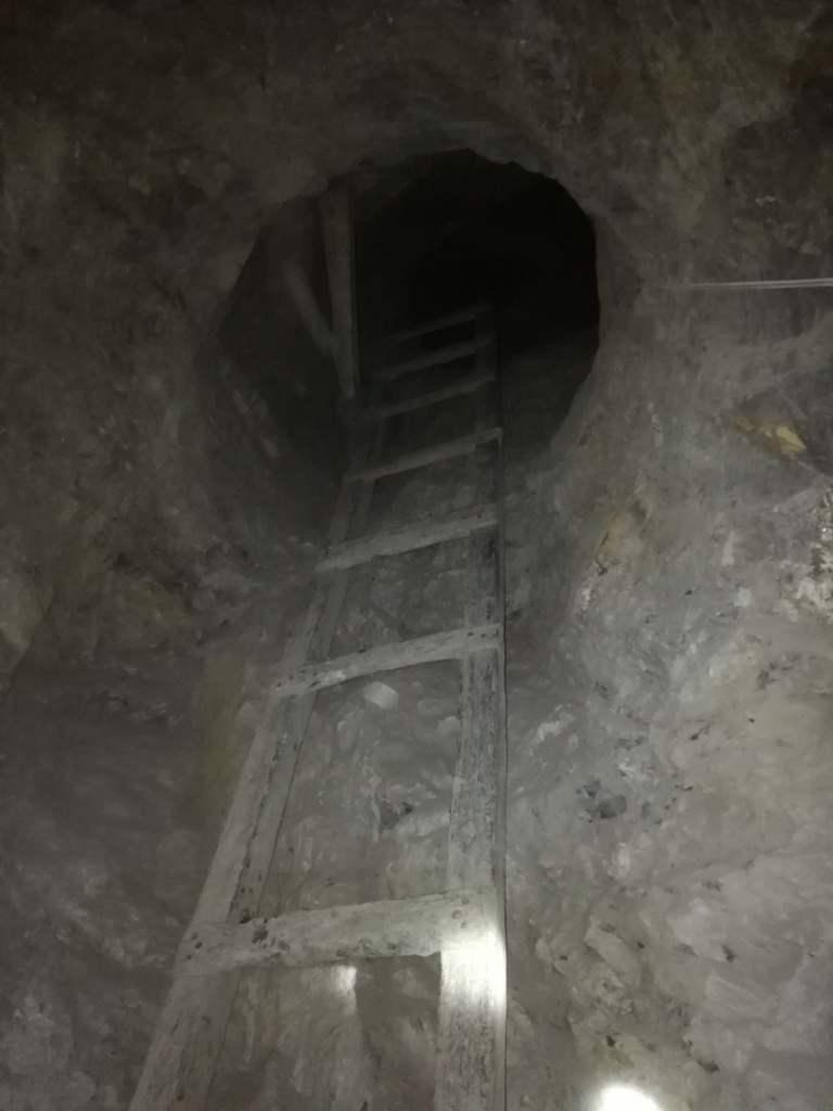 Лестница в подземном тоннеле