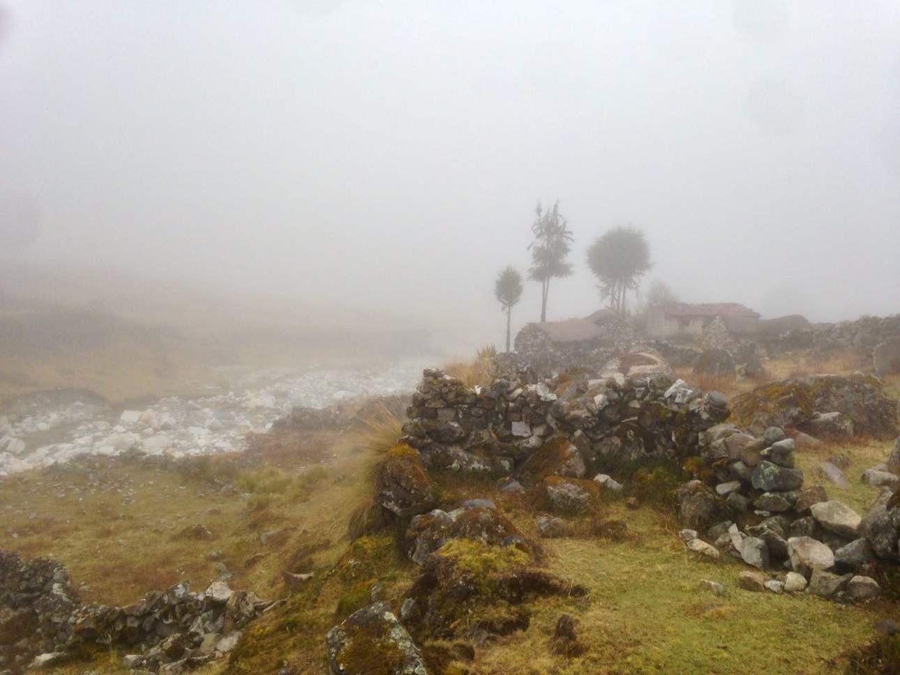 Долина в горах Боливии в тумане