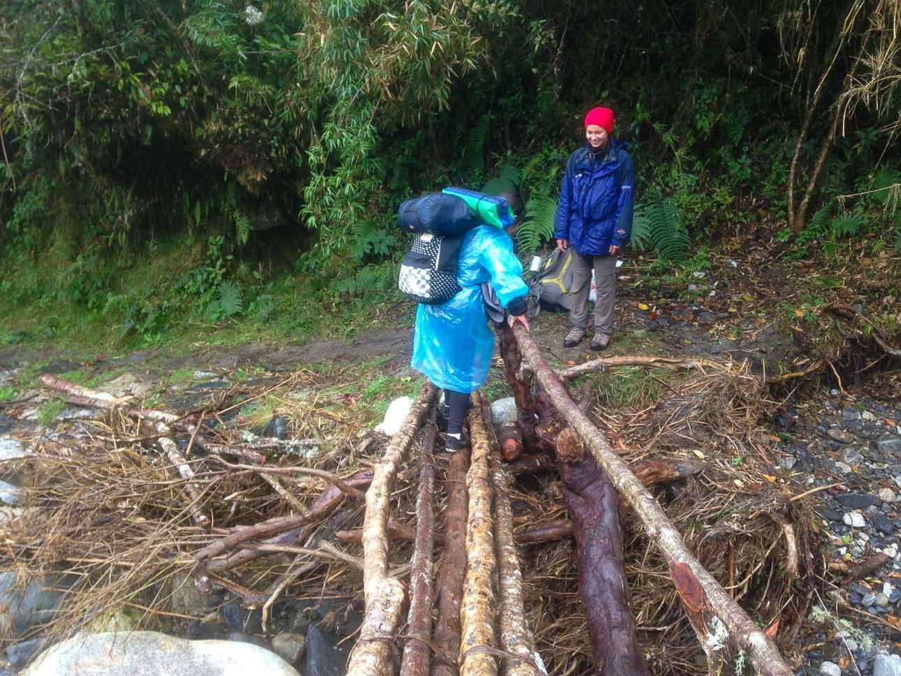 Переход реки по деревнныи брусьям