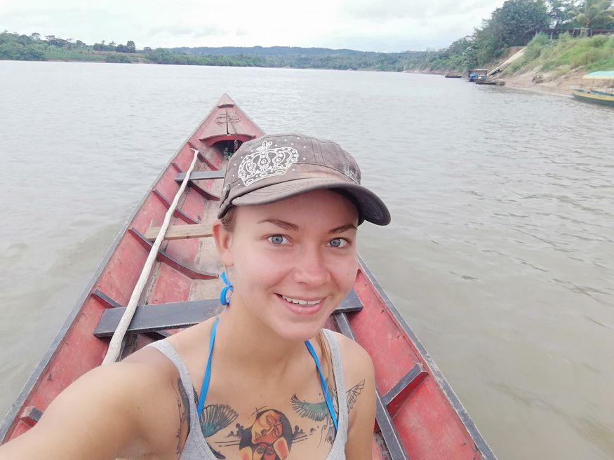 Девушка на лодке