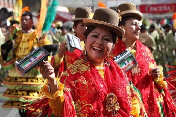 Боливианка в национальном красном костюме