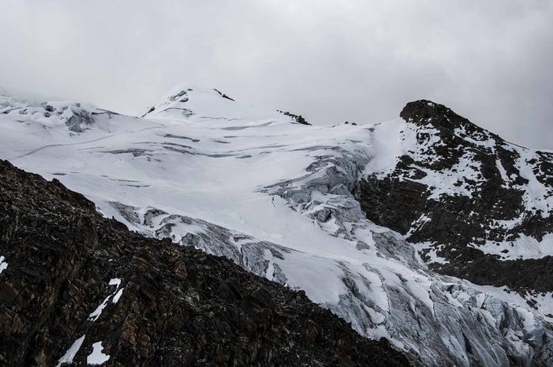 Снег на горном пике