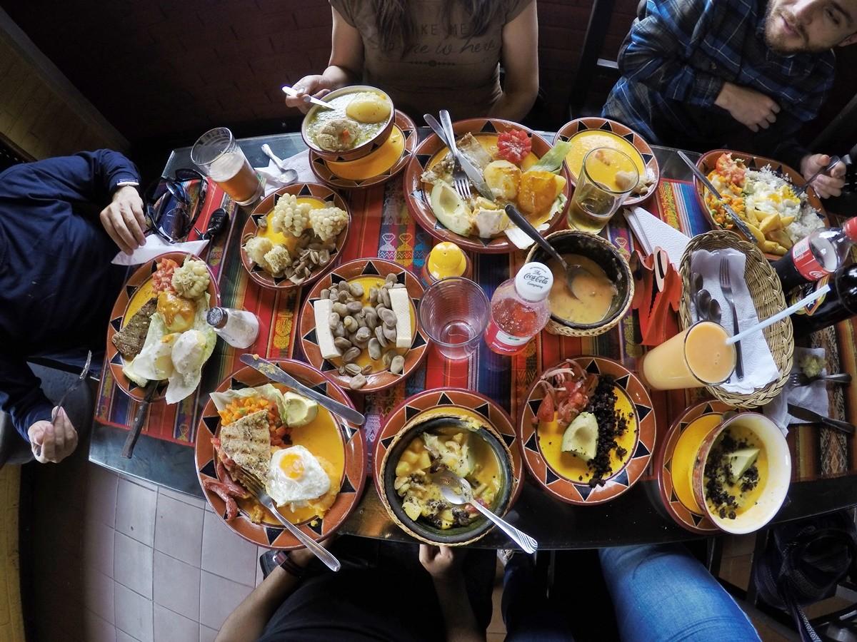 накрытый стол в эквадорской семье