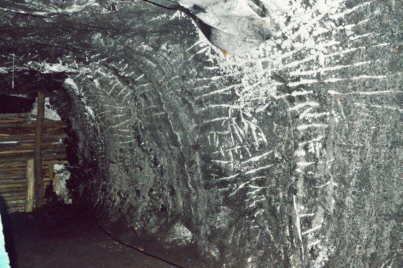 Следы от кирок, которыми сбивали слой минералов