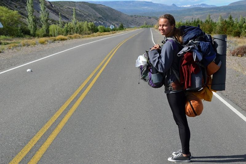 Девушка с двумя рюкзаками едет автостопом по Патагонии