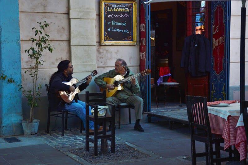 мужчины играют на гитаре