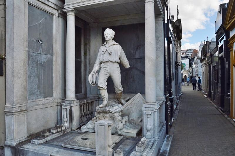 Скульптура на могиле Реколеты