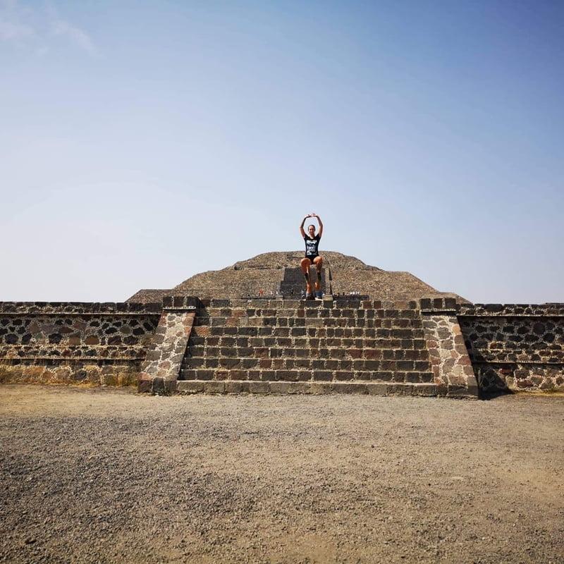 акро йога у пирамид