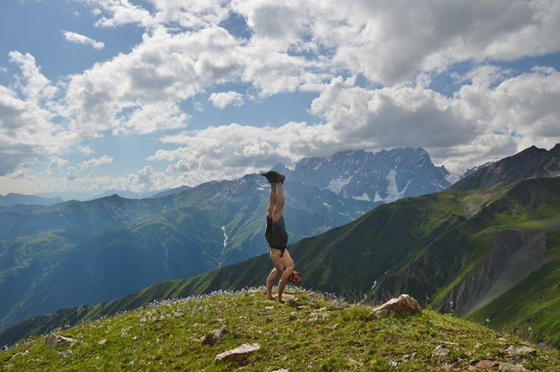 Стойка на руках в горах