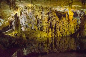 озеро в пещере Прометея