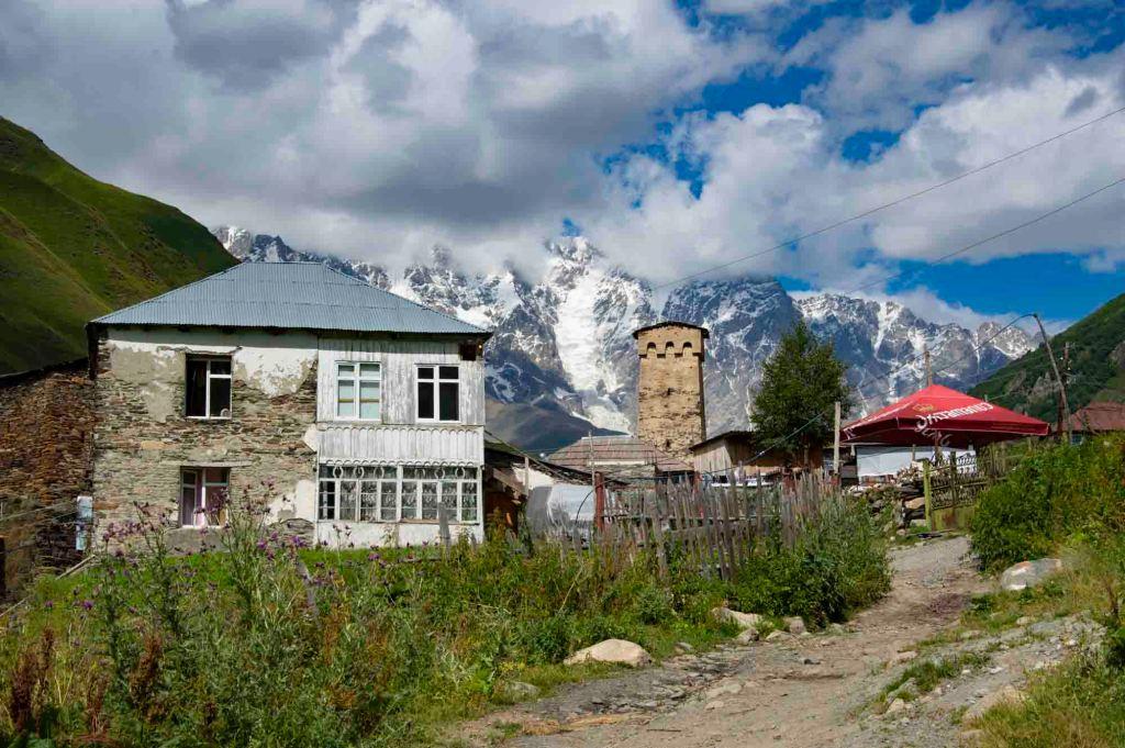 дома на фоне Шхары