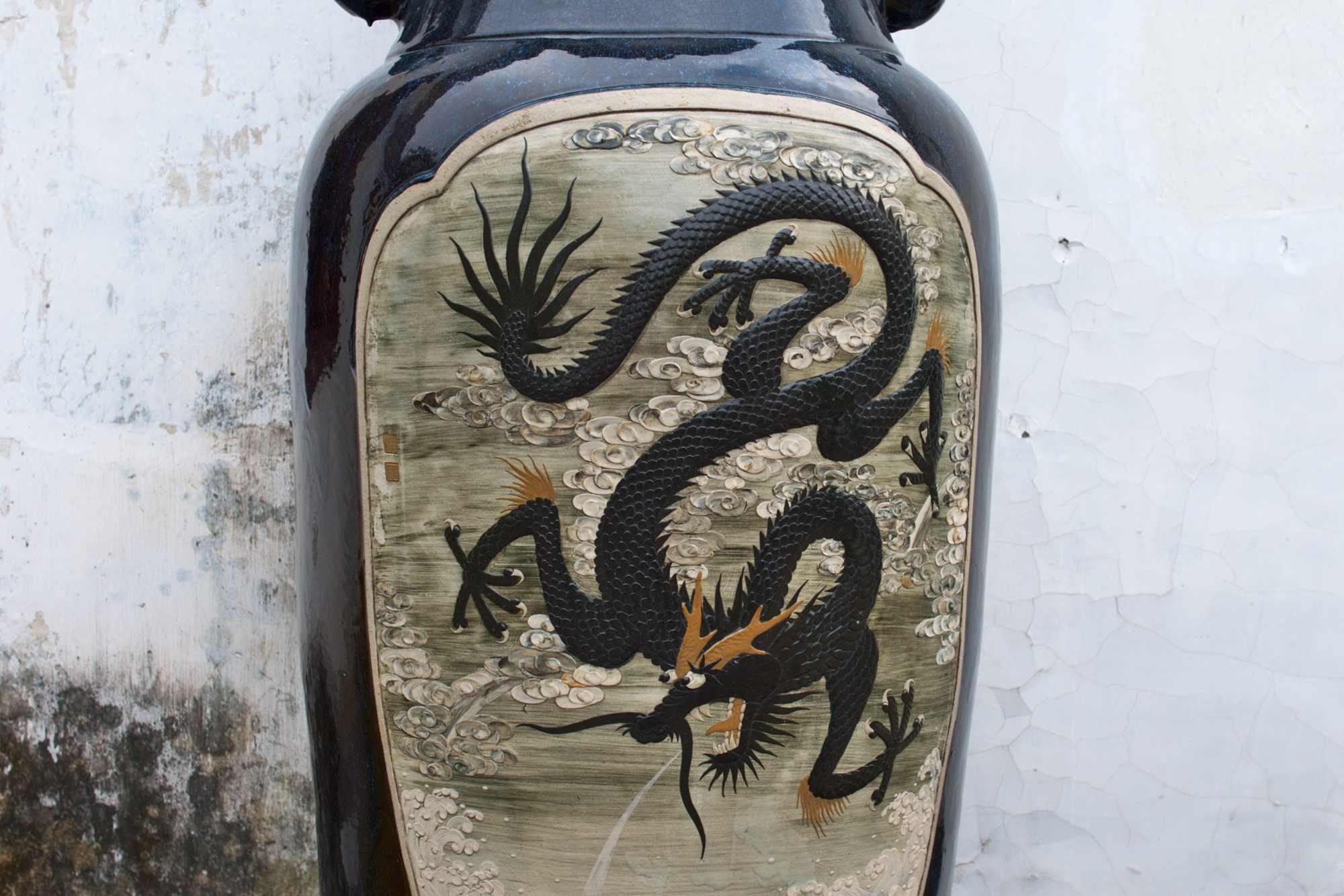 ваза с черным драконом