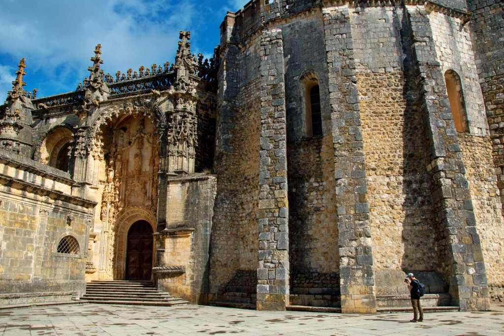 Мощные стены цитадели