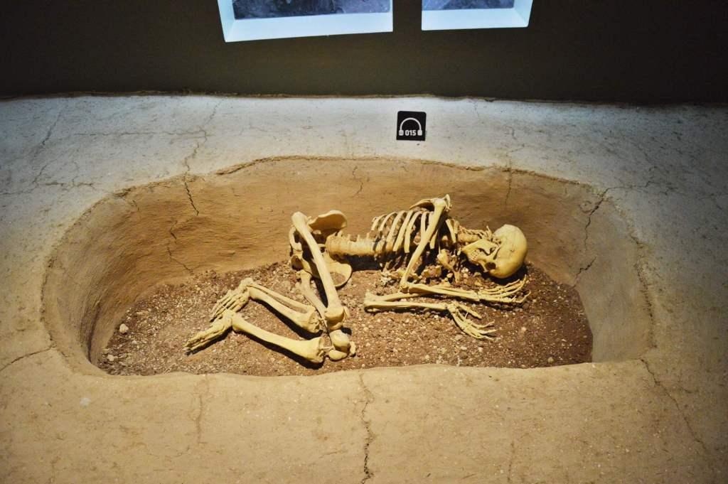 Могила со скелетом