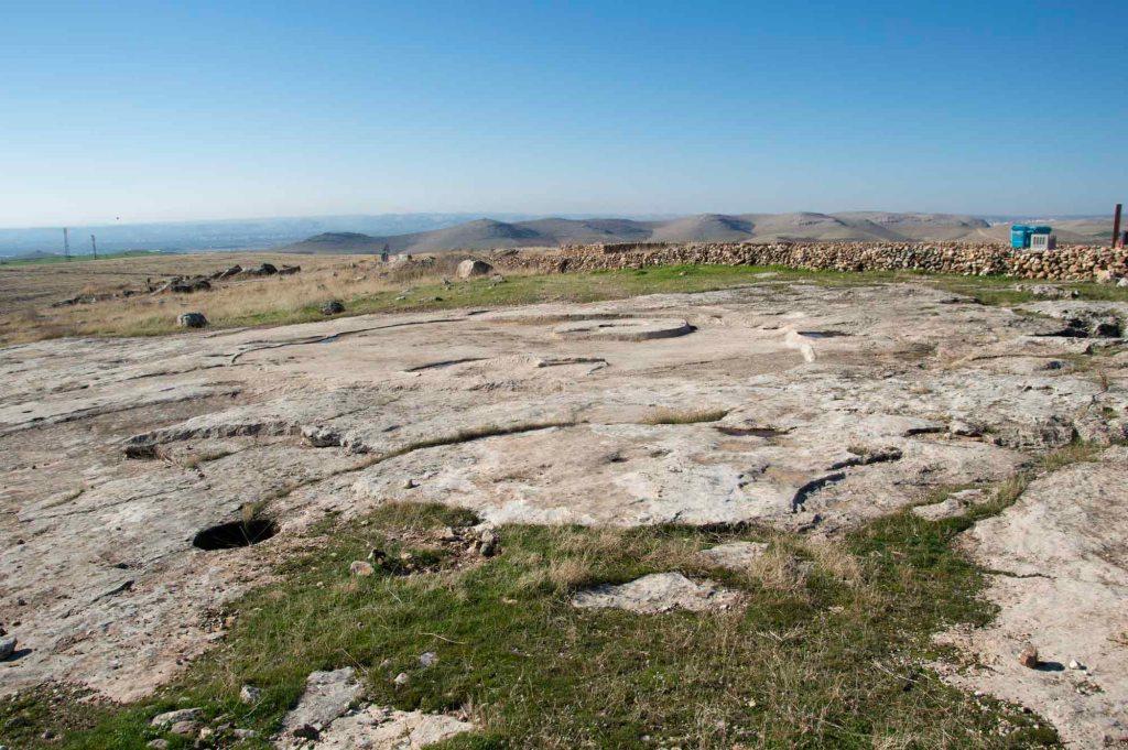 Плоская скала где стояло древнее здание