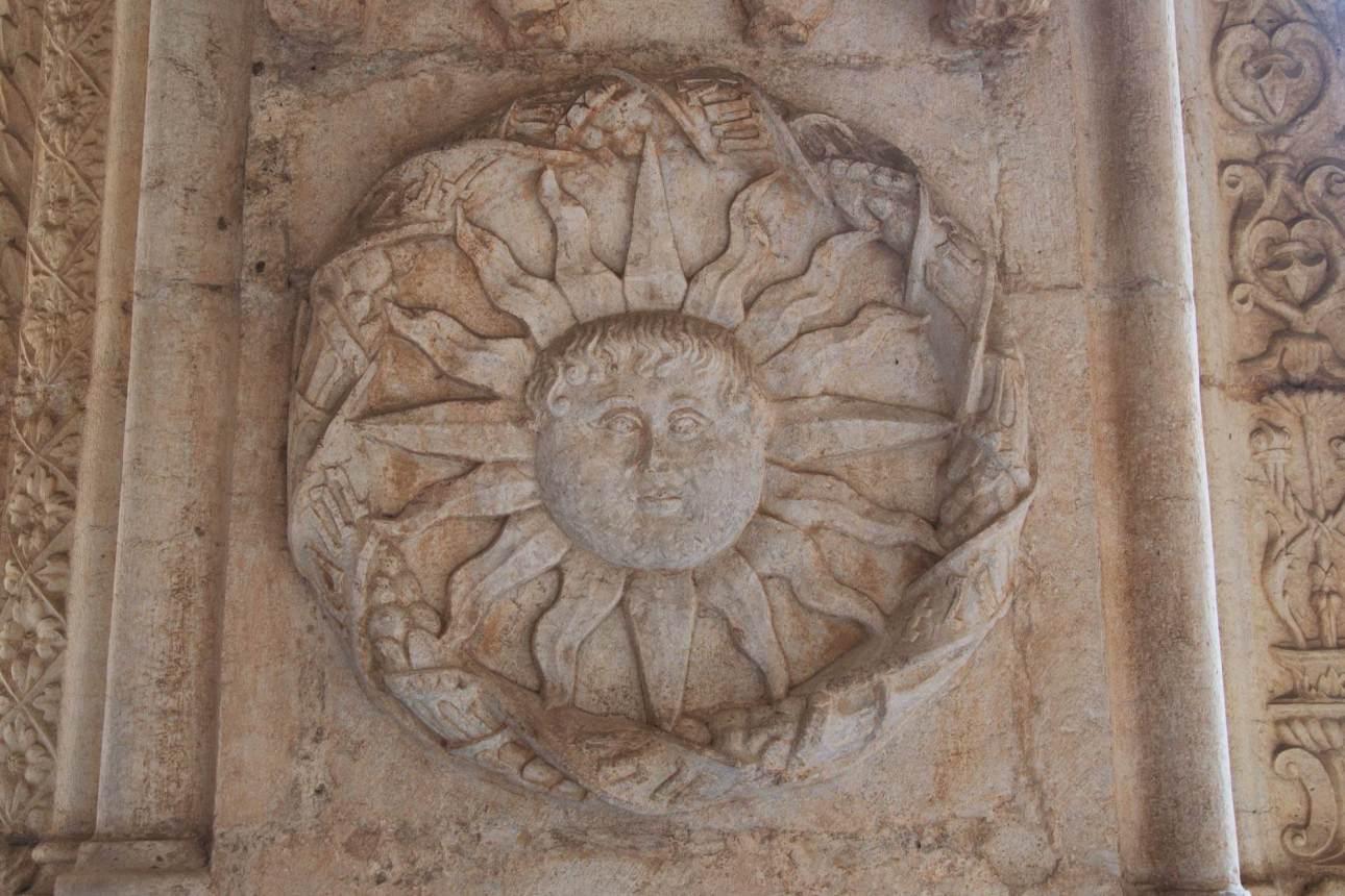 Изображение солнца на стене церкви