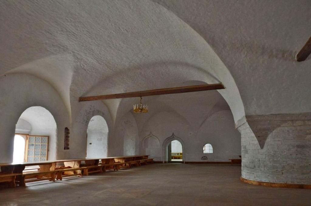 Большая пустая комната с каменным сводом