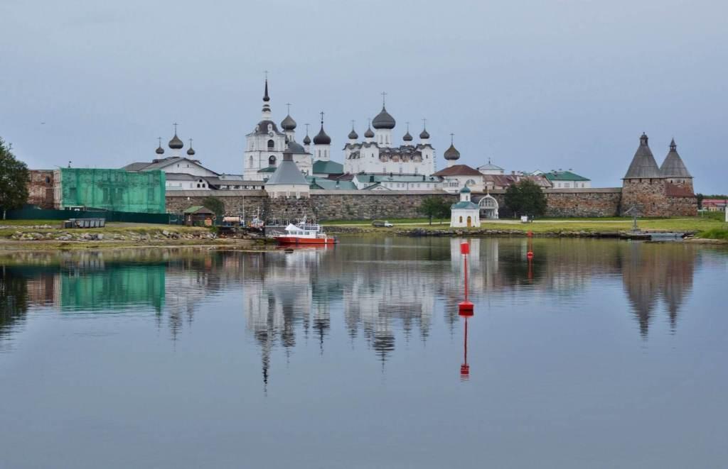 Отражение в озере шпилей храмов