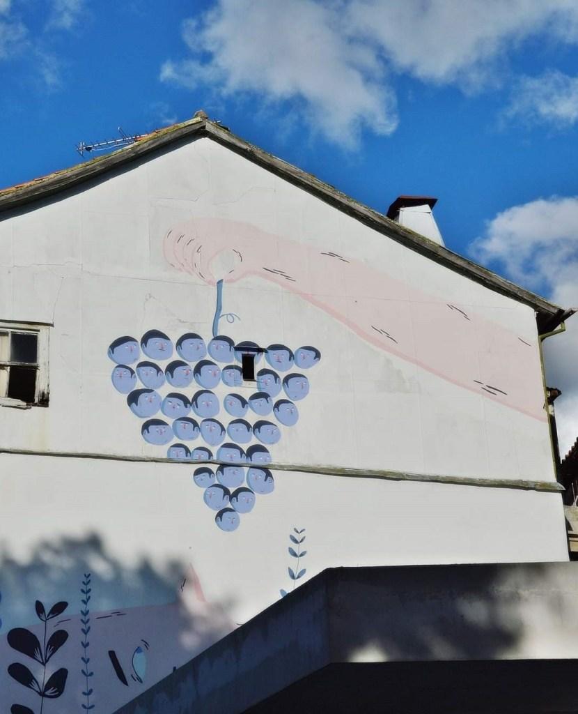 Рука держит виноградную гроздь - картина