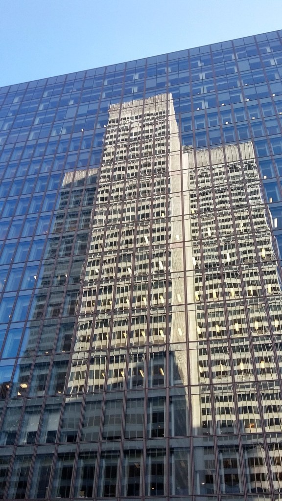 Здание из стекла отражение
