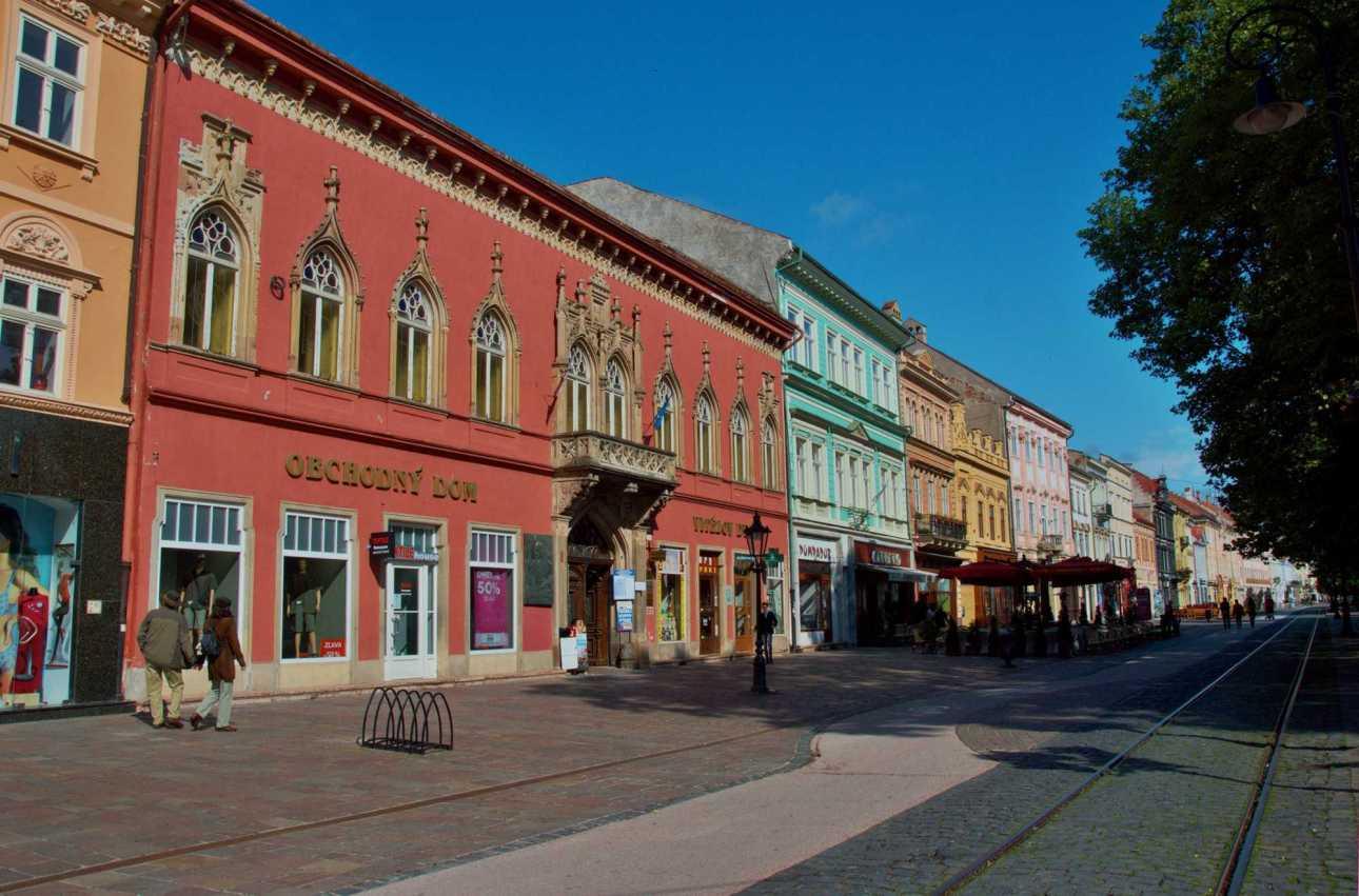 Разноцветные двухэтажные дома в линию